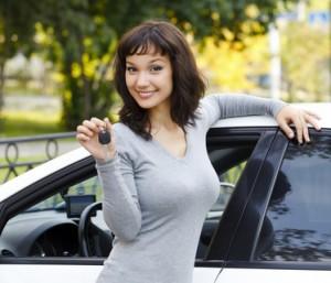 Hyra bil [Ung kvinna med bilnycklar och bil]